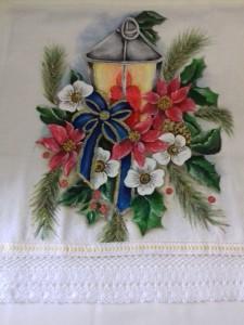 Pano de prato com pintura da lanterna de Natal e bico com bordado inglês.