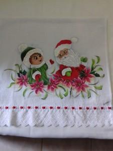 Pano de prato com pintura do Papai e Mamãe Noel e bico com bordado inglês