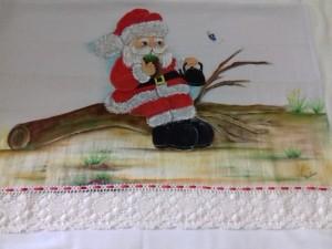Pano de prato com pintura do Papai Noel tomando chimarrão e bico com renda.