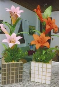Lírios cor de rosa e cor laranja.