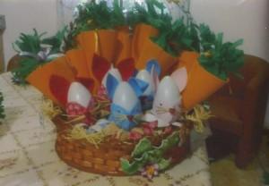 Cesta com coelhos em EVA e cenouras porta guloseimas em EVA e Feltro.
