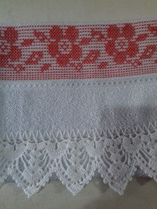 Toalha de lavabo com bordado em Vagonite.