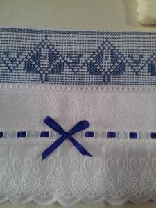 Toalha lavabo com bordado em Vagonite Oitinho.