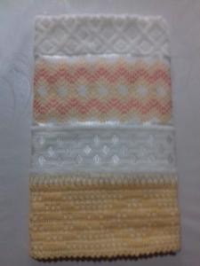 Toalha de banho amarela com bordado em Vagonite.