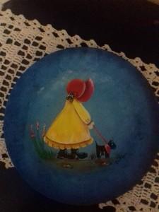 Prato de vidro com pintura decorativa com a Sunbonet em acrilica