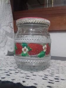 Pintura decorativa em vidro de conserva, acabamento em renda e tampa com forração em eva.