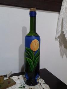 Pintura em garrafa de vinho.