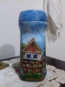 Pintura decorativa de casario em vidro de café solúvel.
