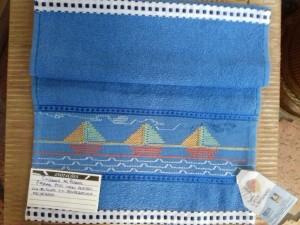 Toalha de boca infantil com bordado Vagonite.