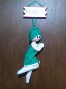 Boneca decorativa para porta de banheiro.